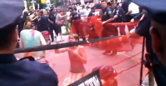 Gazage et mise en filets de jeunes manifestantes OccupyWallStreet par la police NYPD